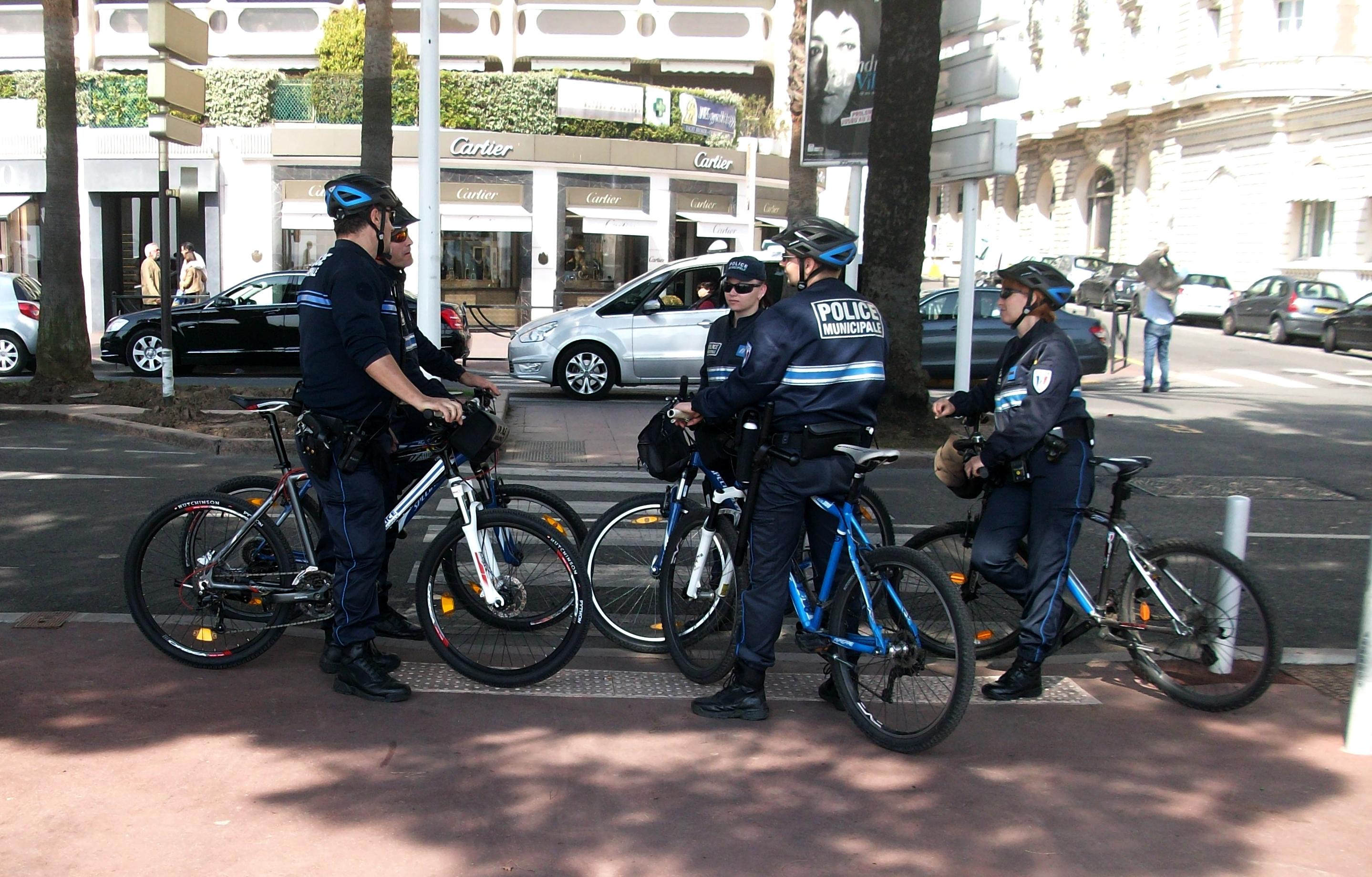 file cyclistes de la police municipale de cannes jpg