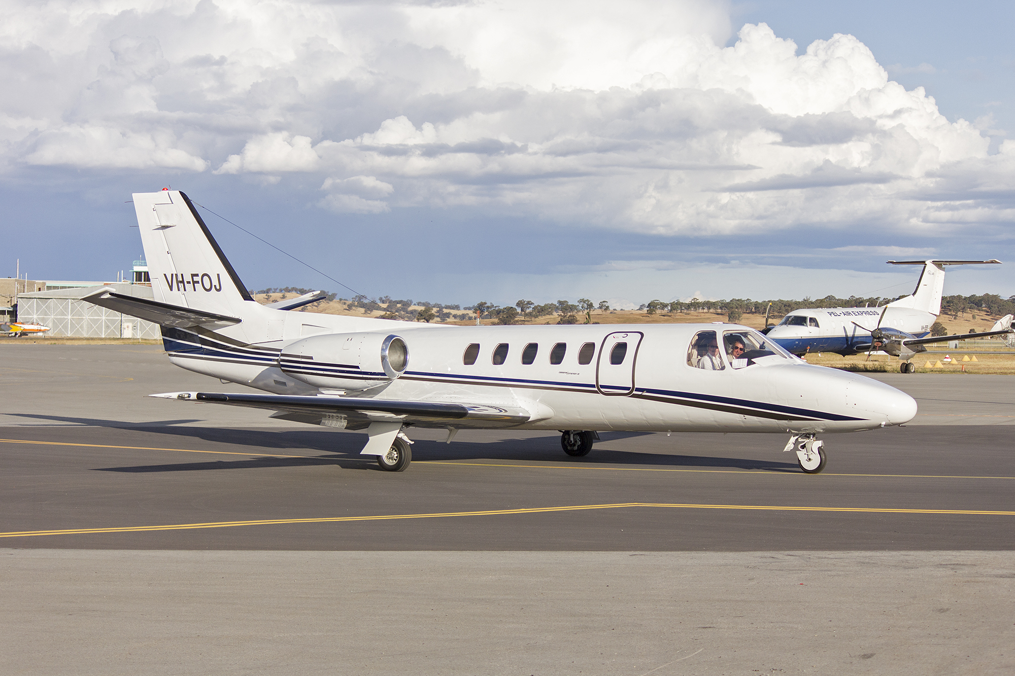 File:Flight Options (VH-FOJ) Cessna 550 Citation II taxiing at Wagga