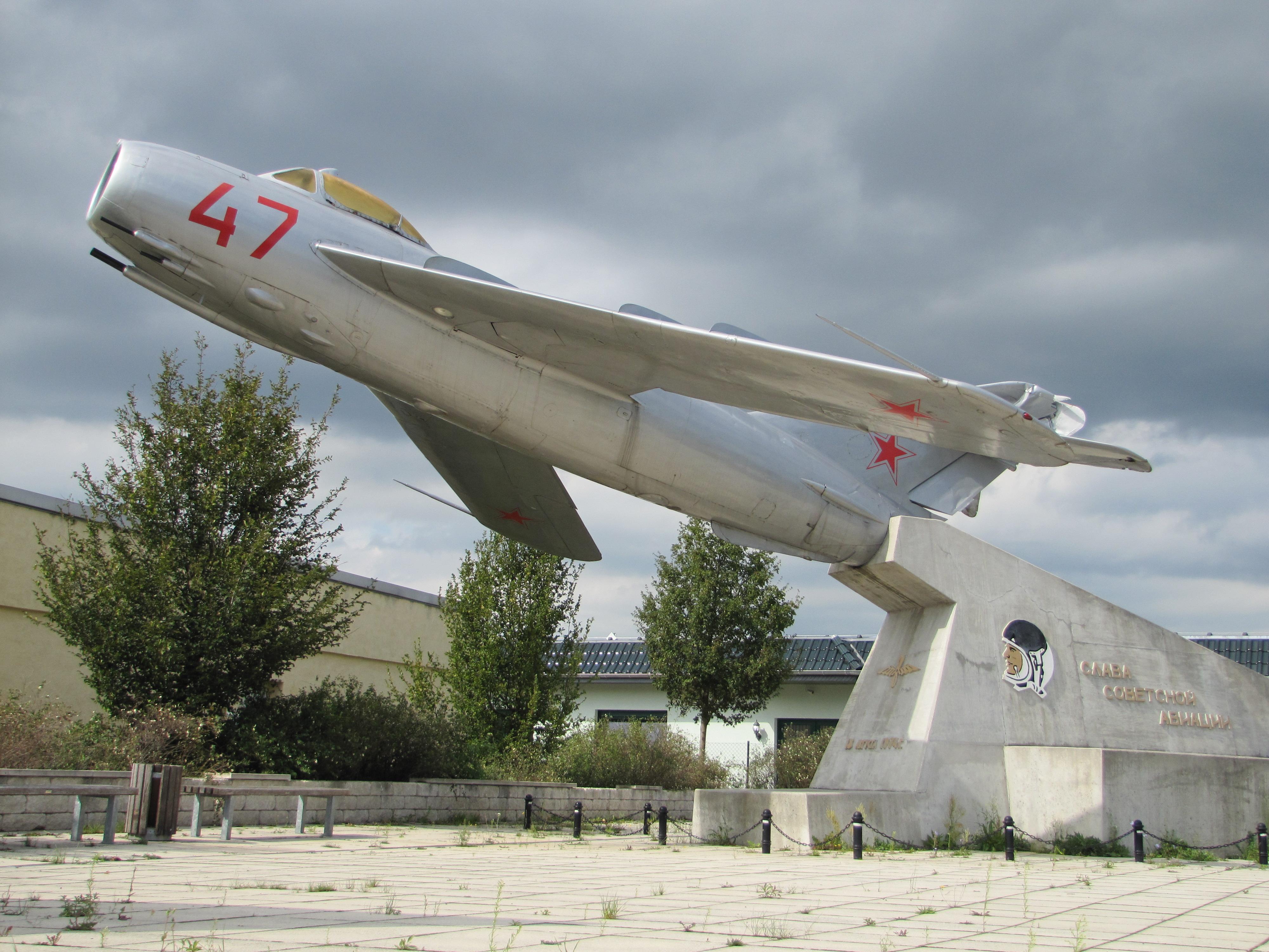Flugplatz Gro�enhain-Flugzeugdenkmal MiG-17-B2.jpg