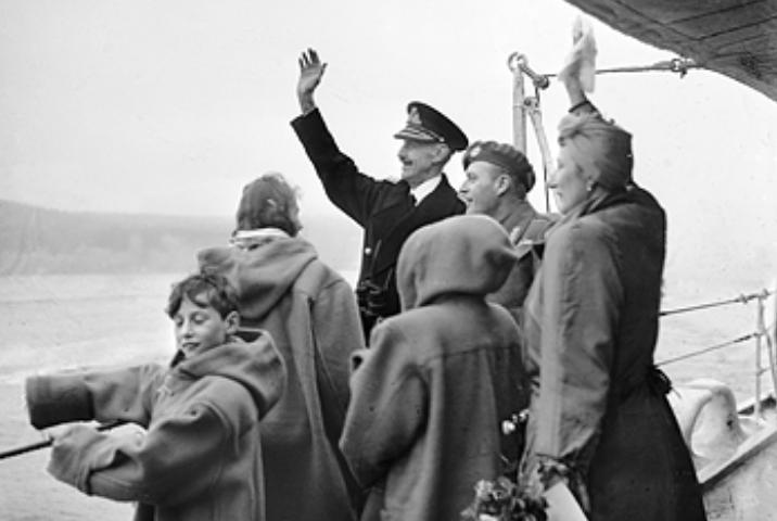 File:Kongefamilien 1945.jpg