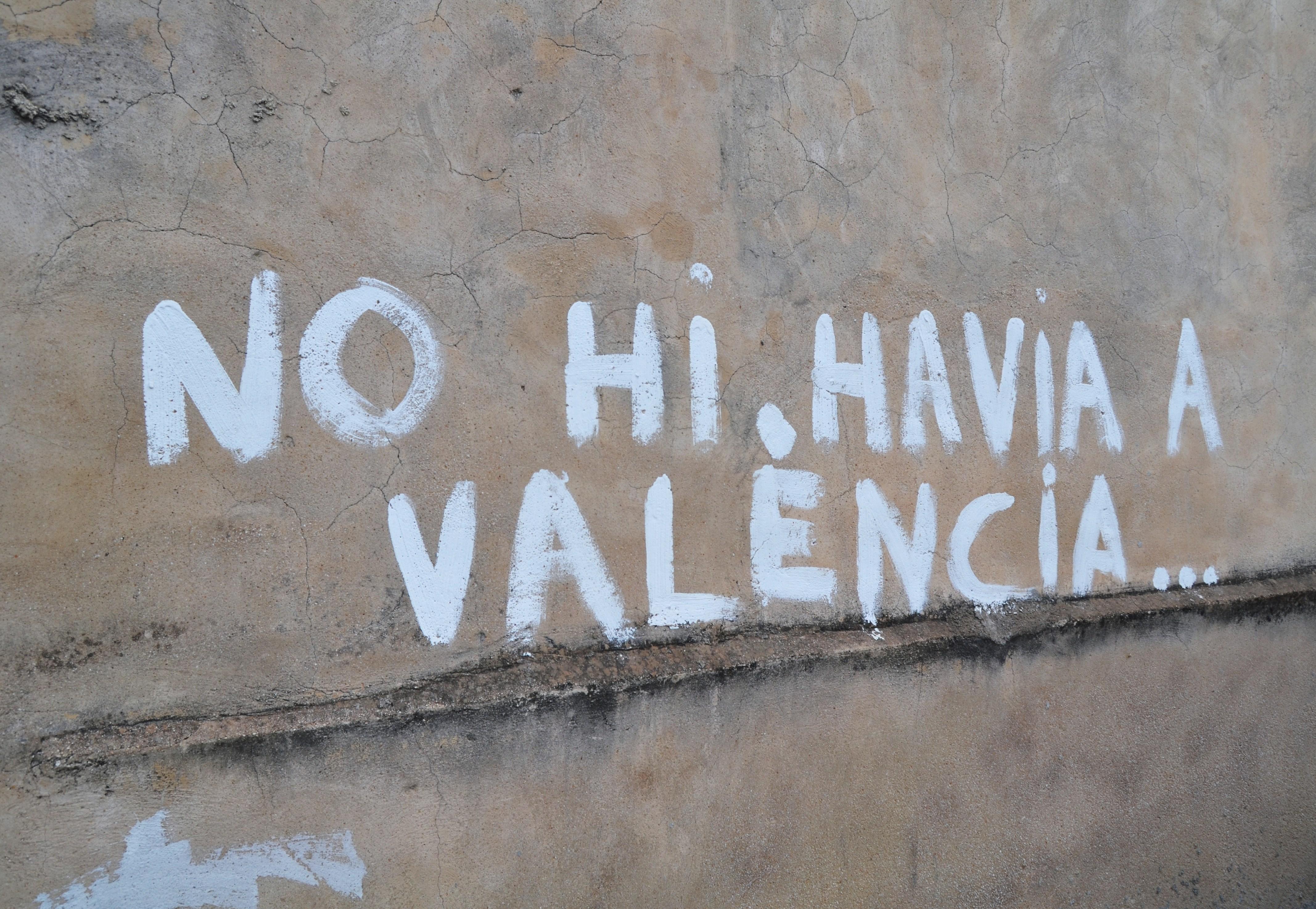 Grafiti que cita las primeras palabras de un conocido poema del autor (Els Poblets, 2012).