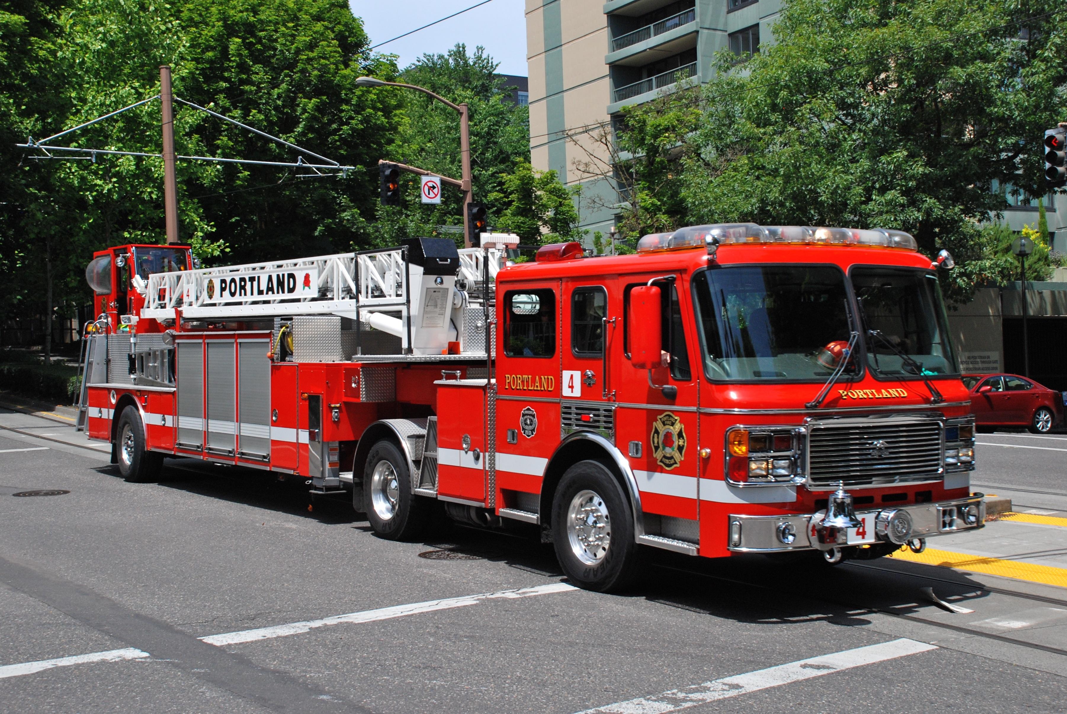 File:Portland Fire & Rescue ladder truck 4 in 2013.jpg - Wikimedia ...