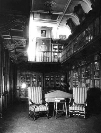 https://upload.wikimedia.org/wikipedia/commons/5/5d/Prze%C5%BAdziecki_Library_in_Warsaw.JPG