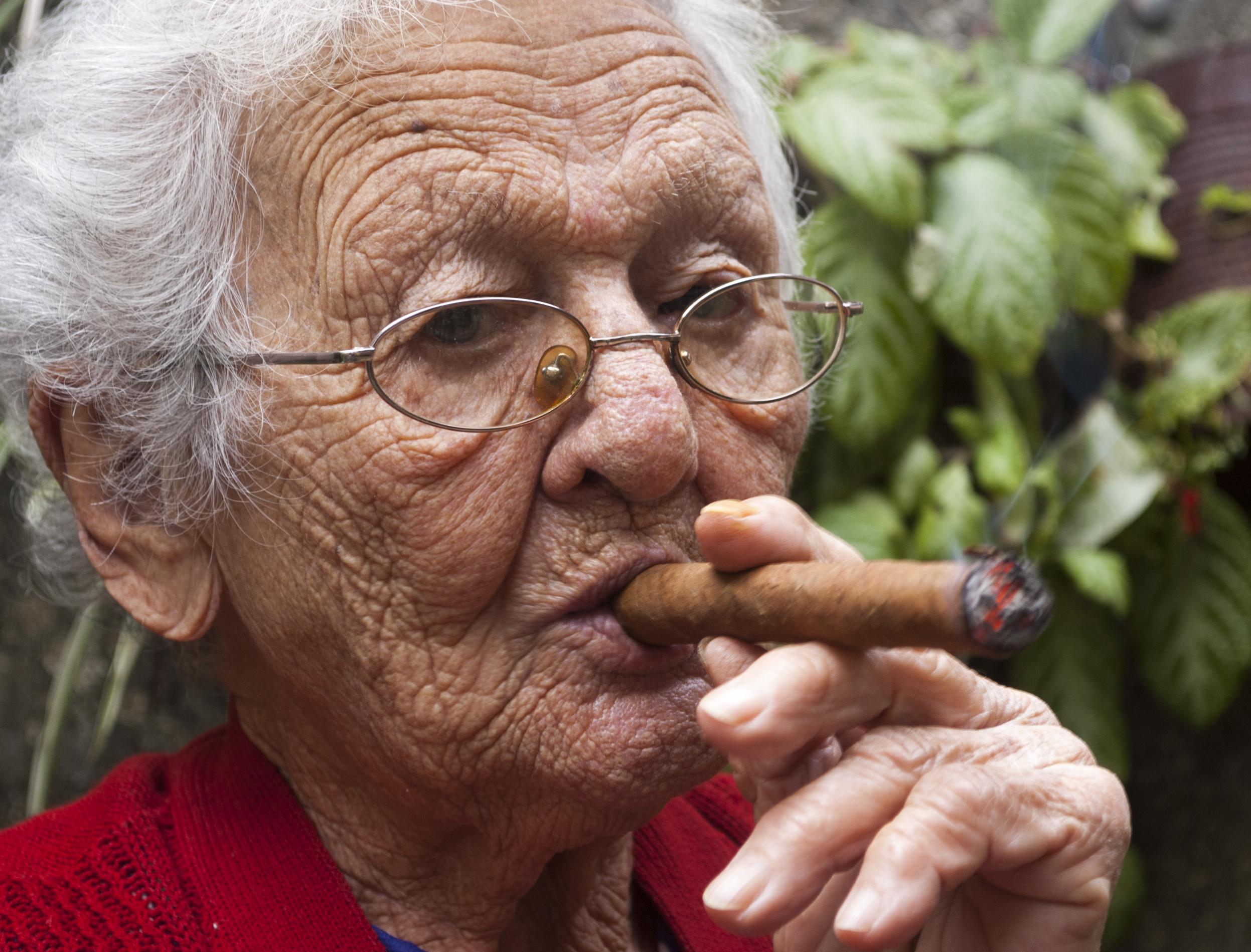 Schwiegermutter mit Zigarre