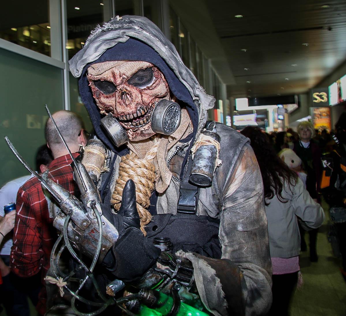File:Scarecrow Batman Cosplay - MCM Comic Con 2016 (27398644855).jpg - Wikimedia Commons