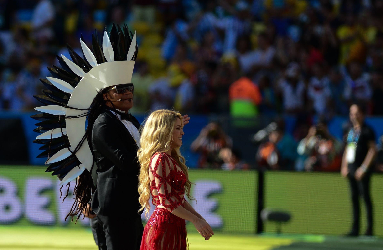 Shakira y Carlinhos Brown en el show de clausura de la Copa Mundial de Fútbol de 2014.