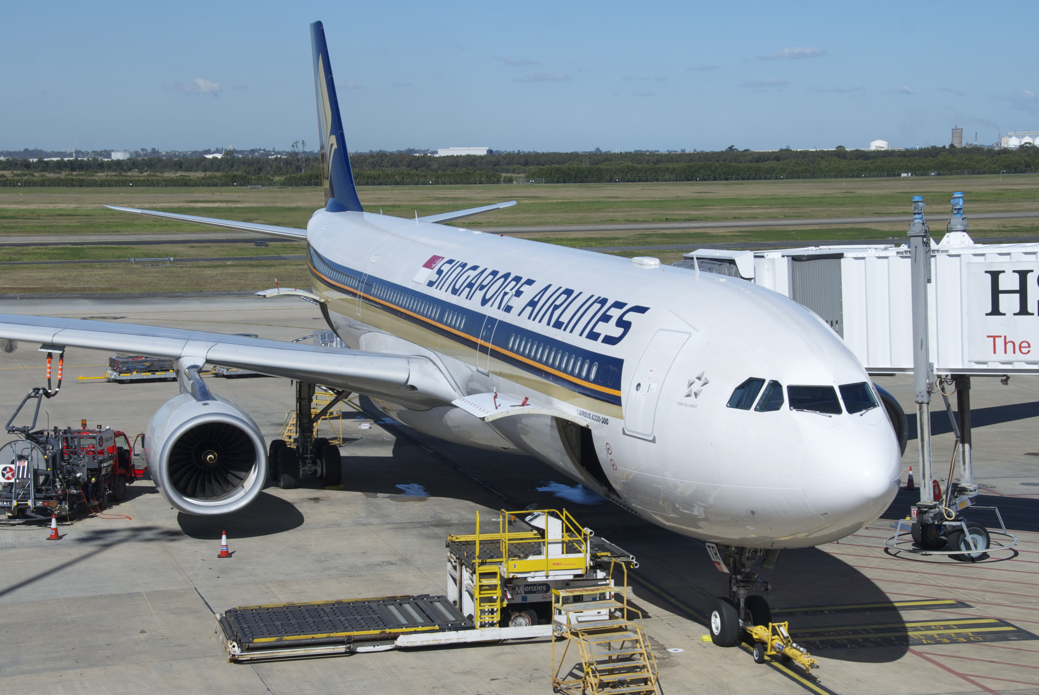 File:Singapore Airlines Airbus A330-300; 9V-STR@BNE;01.08 ...
