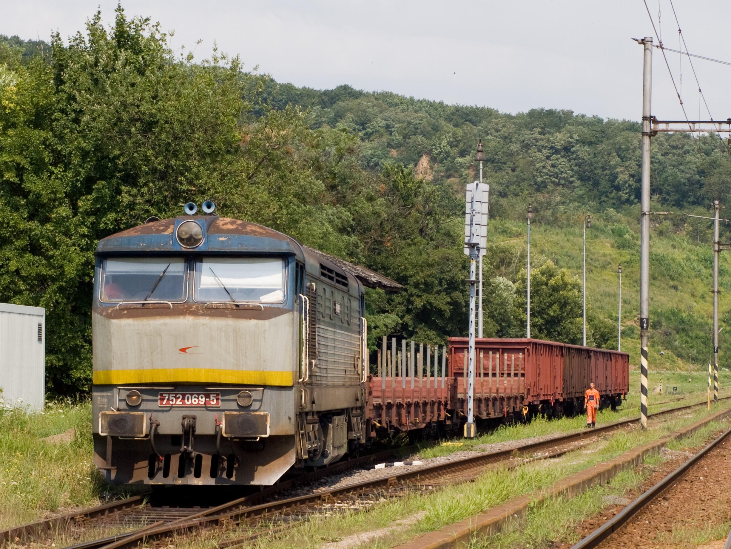 File:Slanec, lokomotiva 752.jpg