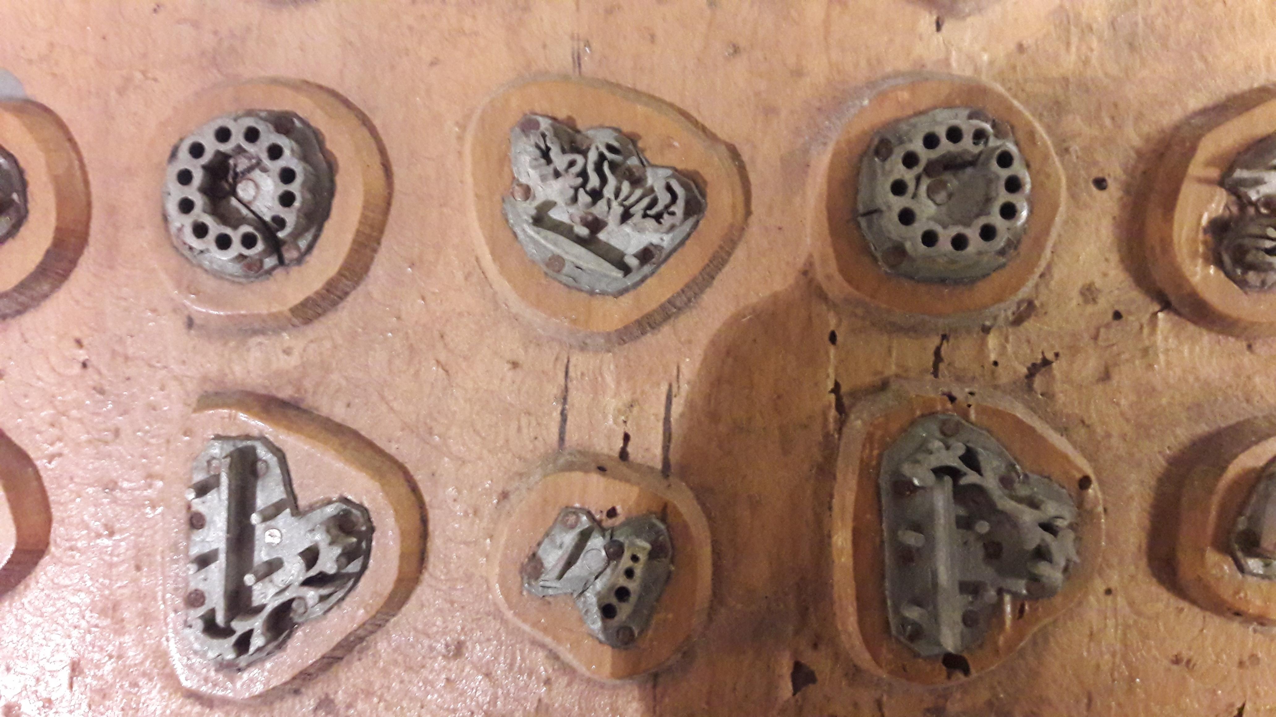 File:Stampo in legno e piombina per telati di seta (dettaglio ...