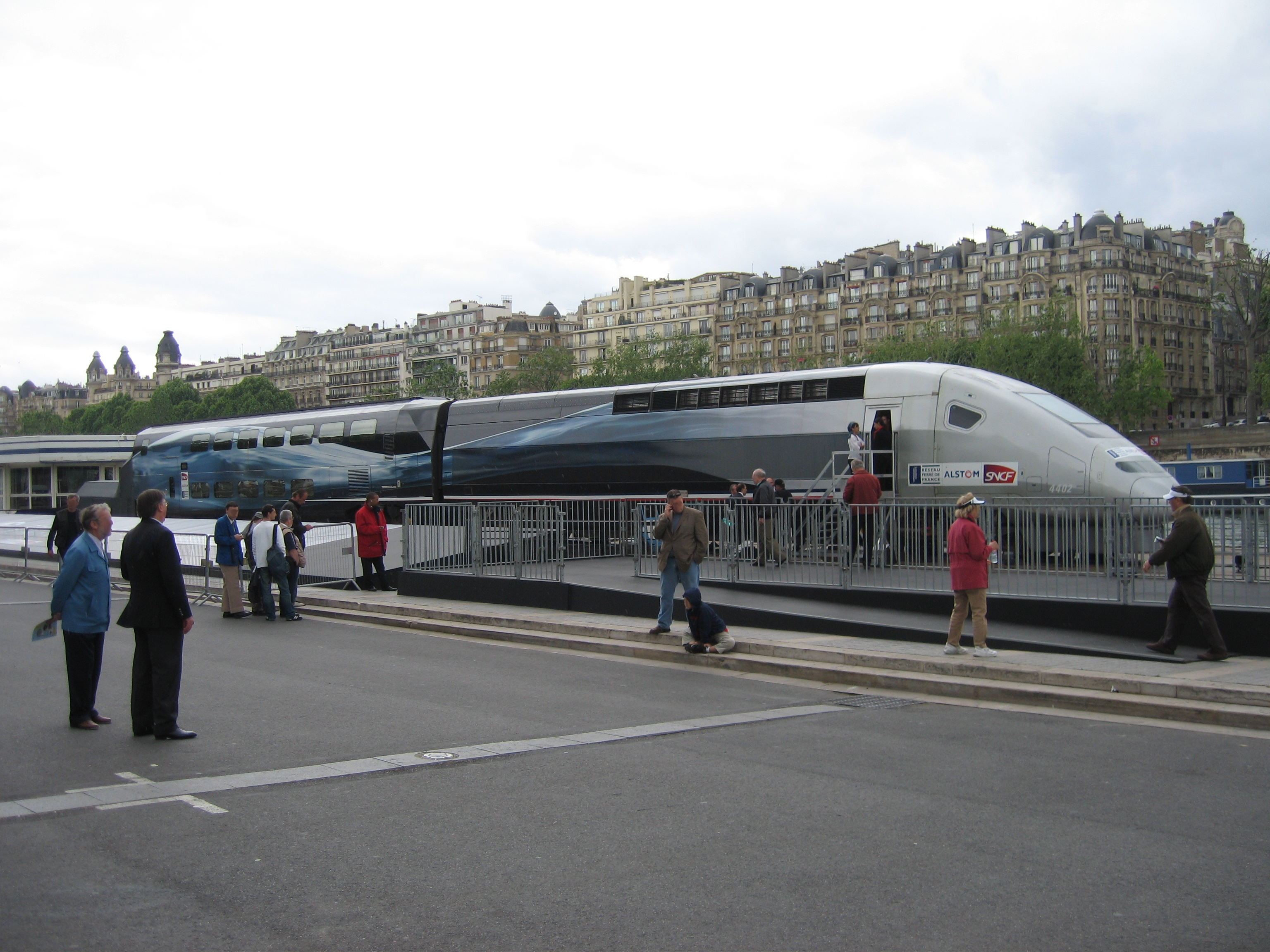 http://upload.wikimedia.org/wikipedia/commons/5/5d/TGV_Rame_4402_20070514_b.jpg