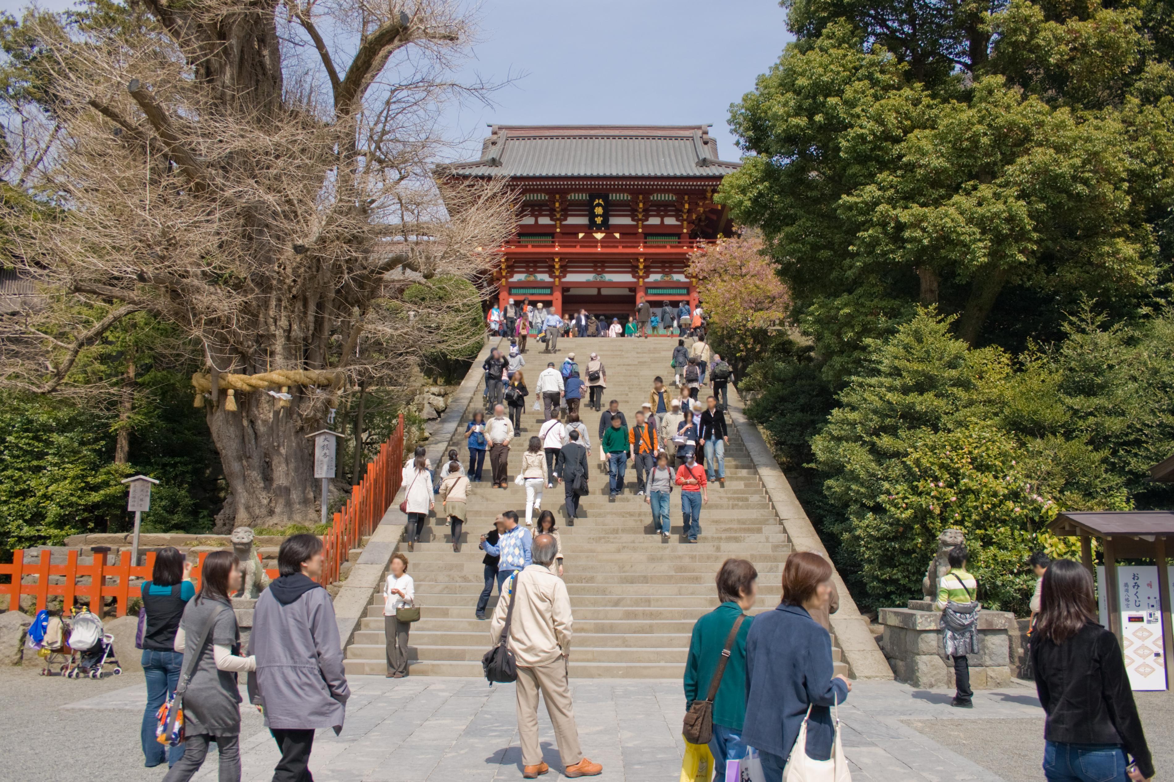 http://upload.wikimedia.org/wikipedia/commons/5/5d/Tsurugaoka_Hachiman-Shrine_05.jpg