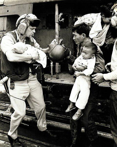 Phi công Hoa Kỳ đưa người lớn và trẻ em tị nạn ra khỏi Việt Nam