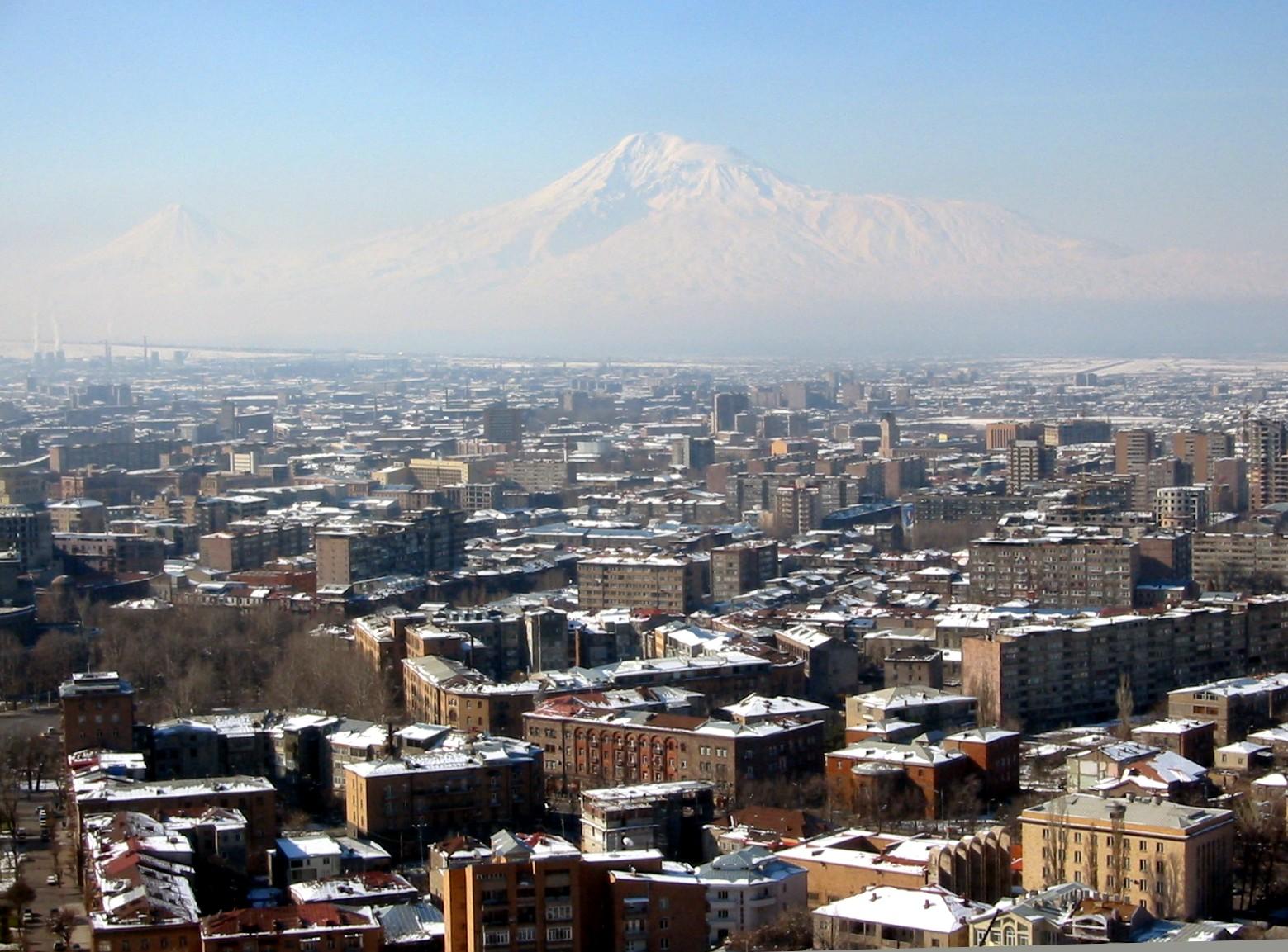 Jerewan mit dem Ararat (Türkei) im Hintergrund