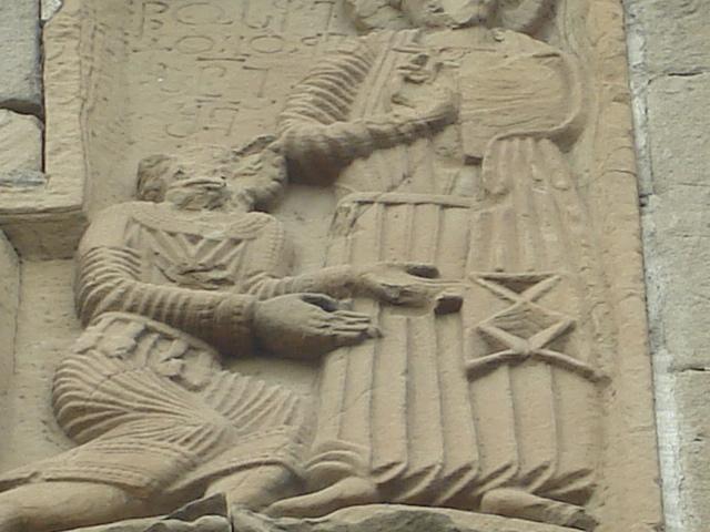 Arquivo: Adarnase orando antes de Jesus Cristo - Jvari Mosteiro bas relief.JPG