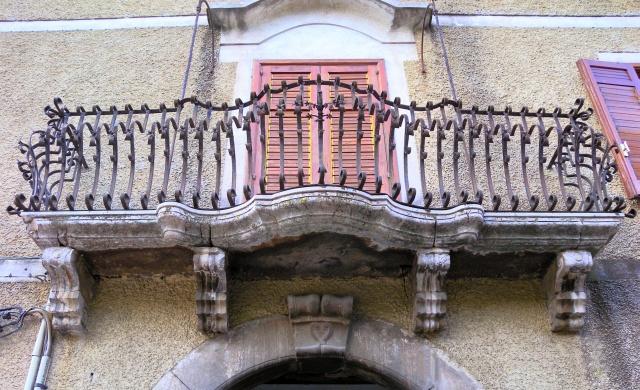 Fiori Bagnoli Irpino : File:bagnoli irpino centro storico balcone.jpg wikimedia commons