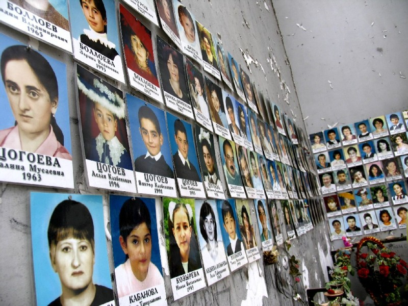 ファイル:Beslan school no 1 victim photos.jpg
