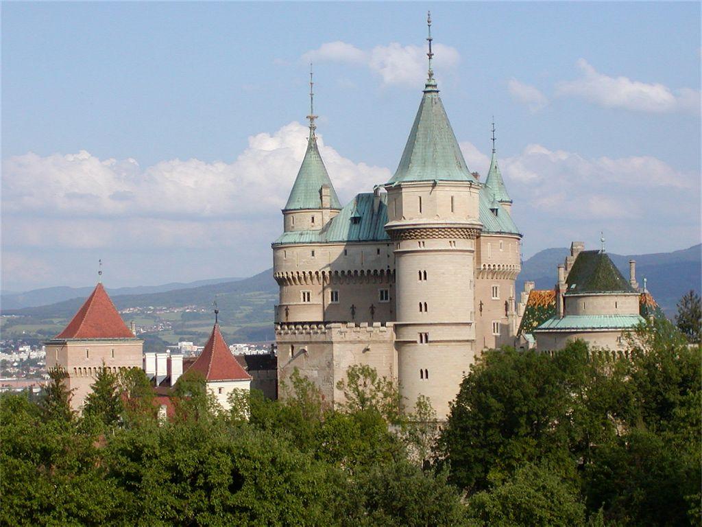 http://upload.wikimedia.org/wikipedia/commons/5/5e/Bojnice_Castle_2007.jpg