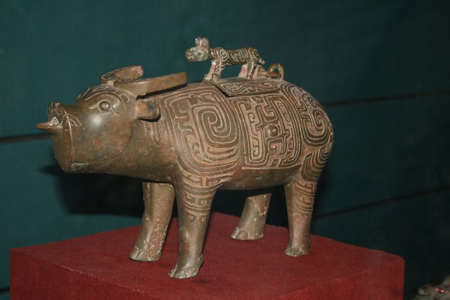 File Bronze Tiger On Top Of Water Buffalo Zhou Dynasty Jpg Wikimedia Commons