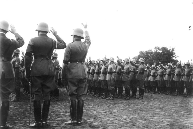 Bundesarchiv Bild 102-16107, Vereidigung von Reichswehr-Soldaten auf Hitler.jpg