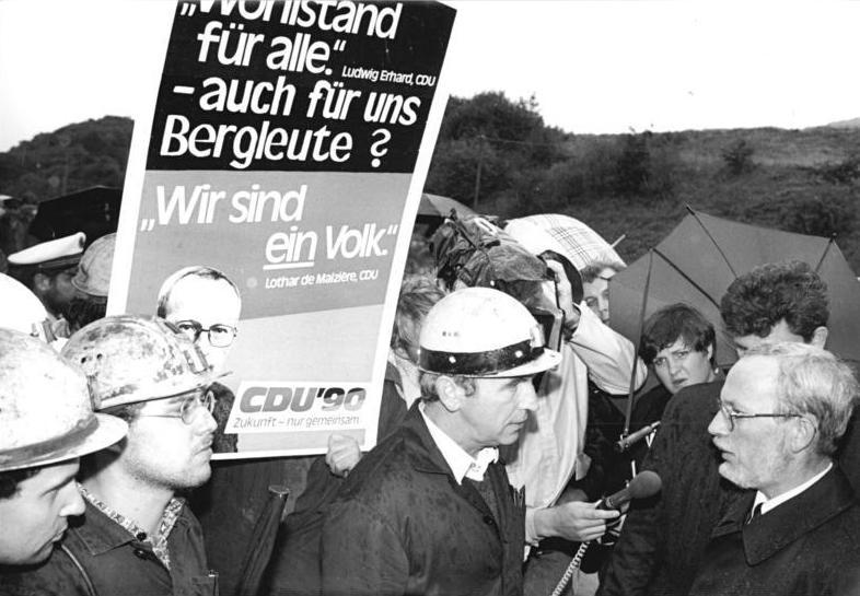 Bundesarchiv Bild 183-1990-0921-020, Eisenach, Petition der Bergleute an de Maiziére.jpg