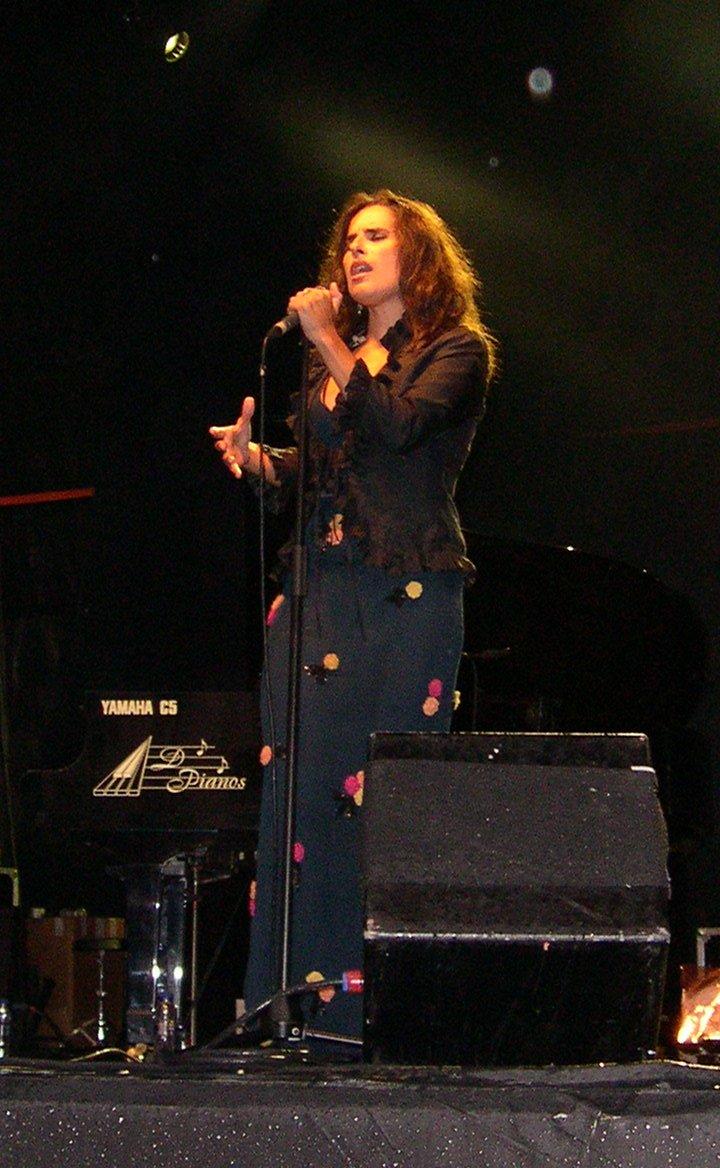 http://upload.wikimedia.org/wikipedia/commons/5/5e/Cristina_Branco_in_Xix%C3%B3n%2C_Asturies.jpg