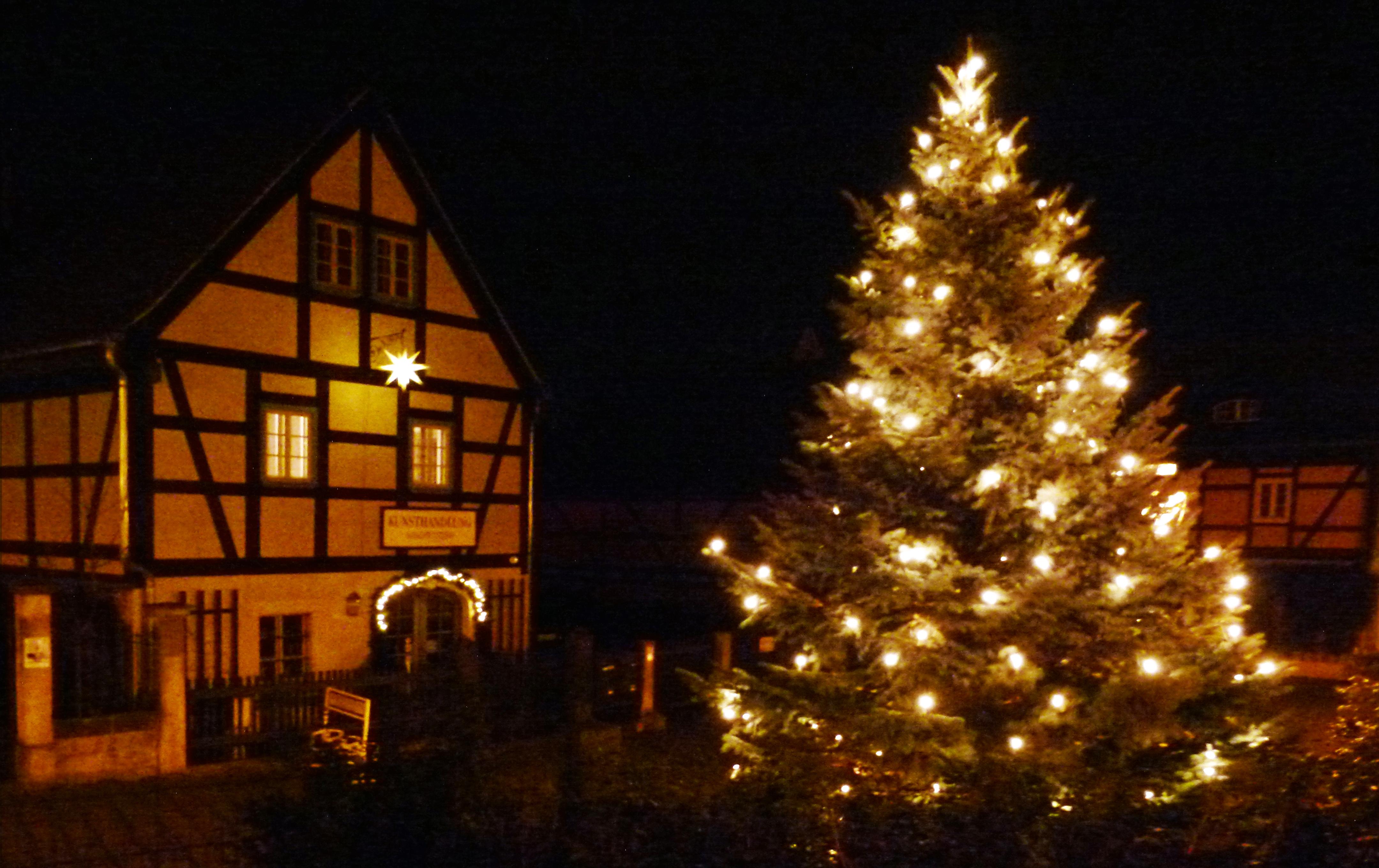 file fachwerkhaus mit weihnachtsbaum in. Black Bedroom Furniture Sets. Home Design Ideas