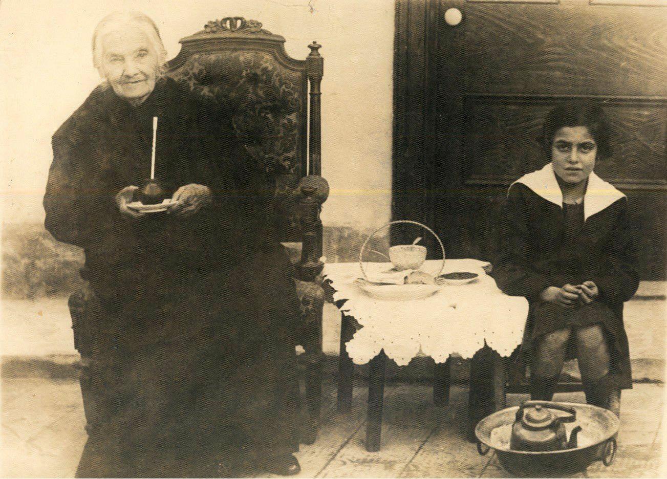 Una pequeña Lucila junto a su abuela paterna, Isabel Villanueva.