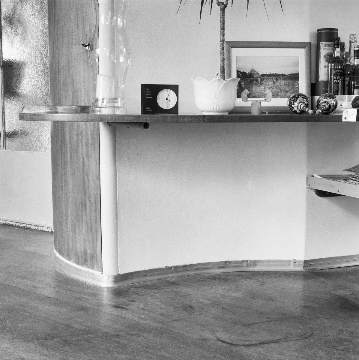 File:Interieur, muur onder de vaste wandtafel tussen de woonkamer en ...