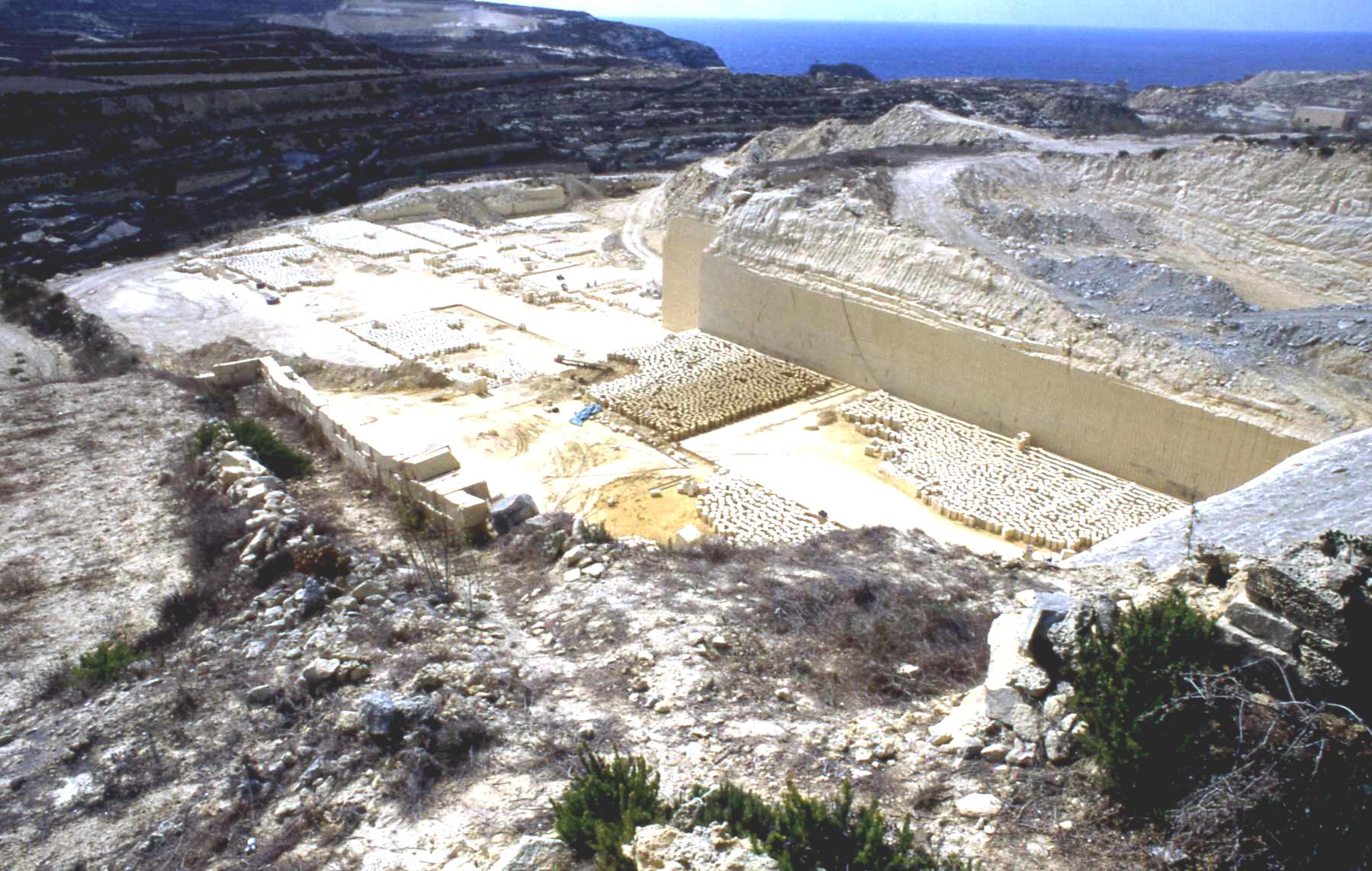 In Steinbrüchen – wie hier nahe dem Fungus-Rock auf Gozo – wird mit Globigerinenkalk die einzige natürliche Ressource Maltas abgebaut.