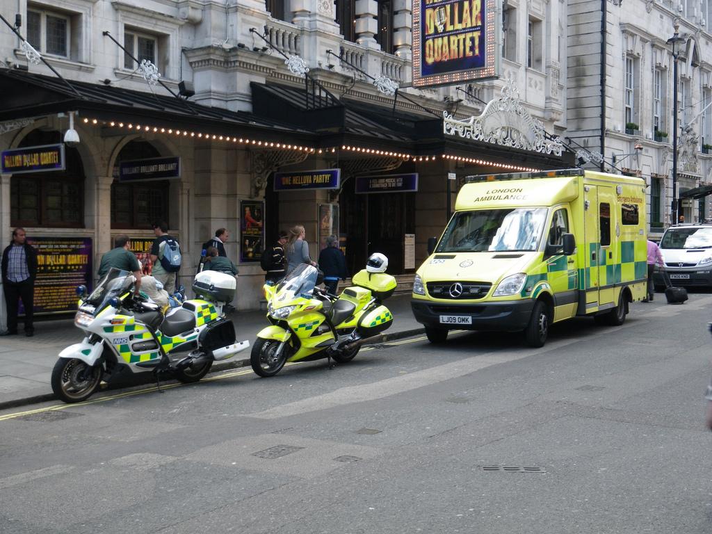 File London Ambulance Vehicles Jpg Wikimedia Commons