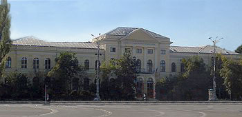 https://upload.wikimedia.org/wikipedia/commons/5/5e/Muzeul_Antipa_1990.jpg