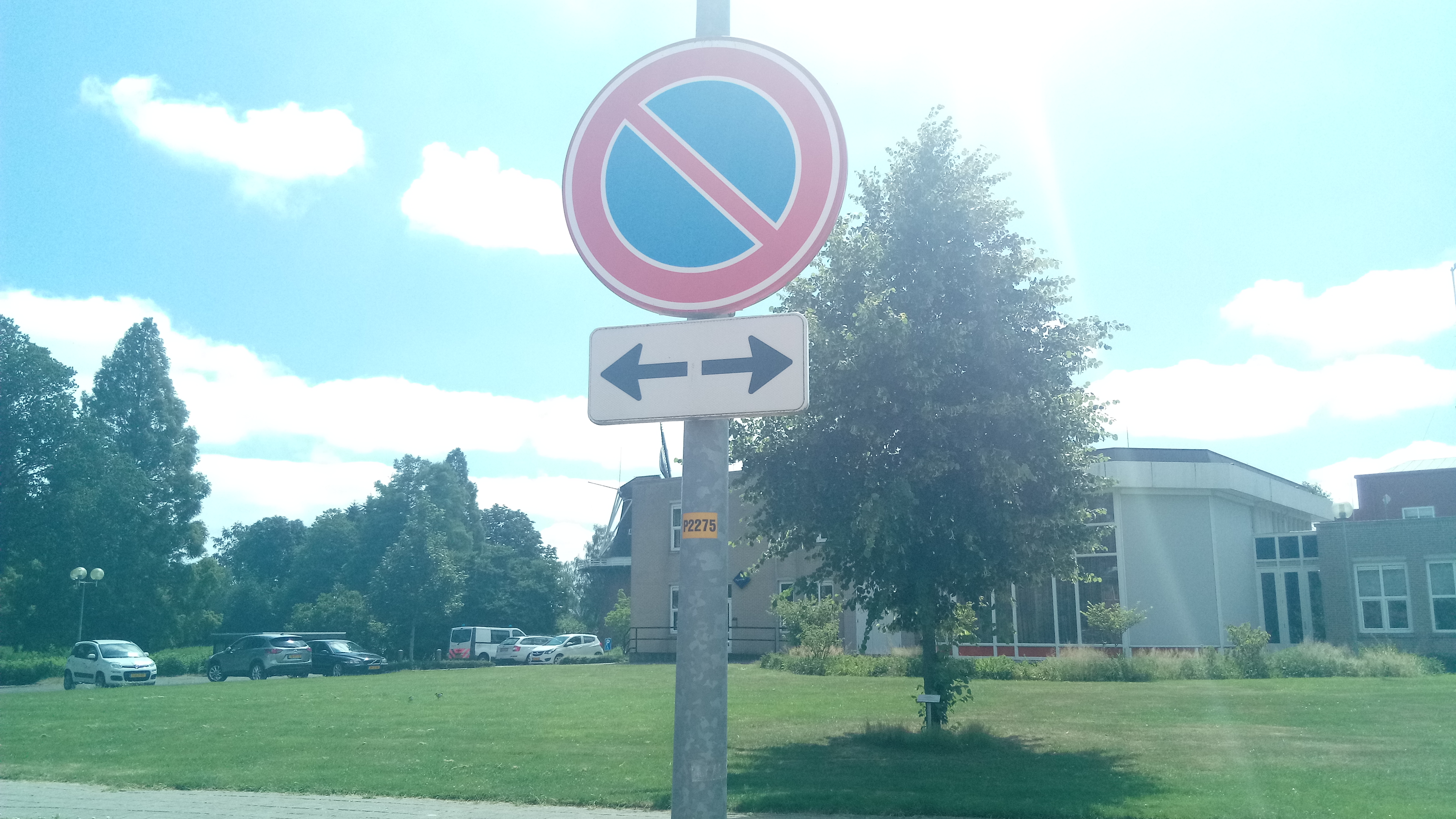 File:No parking sign with arrows pointing to the left and