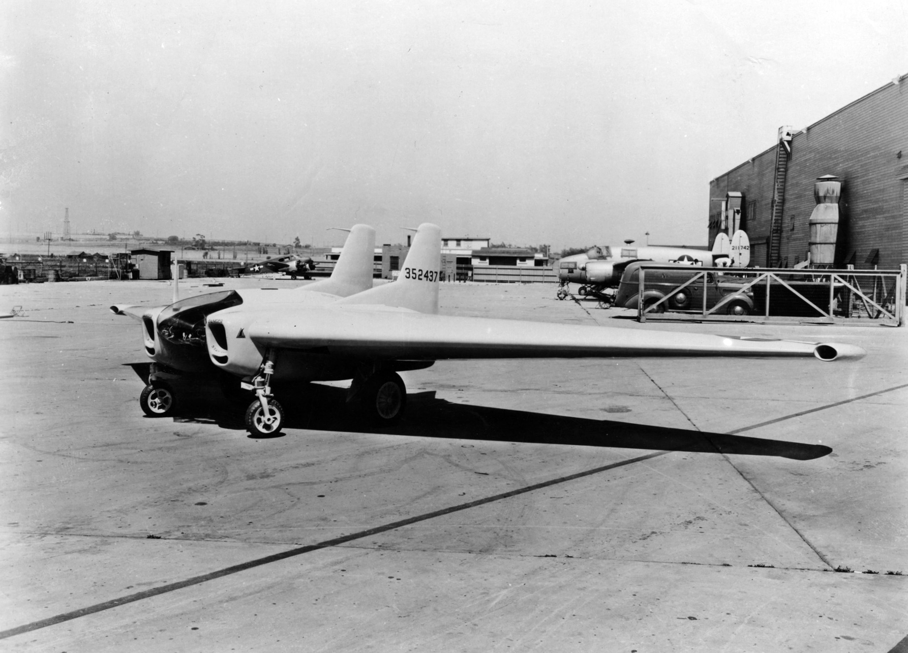 https://upload.wikimedia.org/wikipedia/commons/5/5e/Northrop_XP-79B_parked_1945.jpg