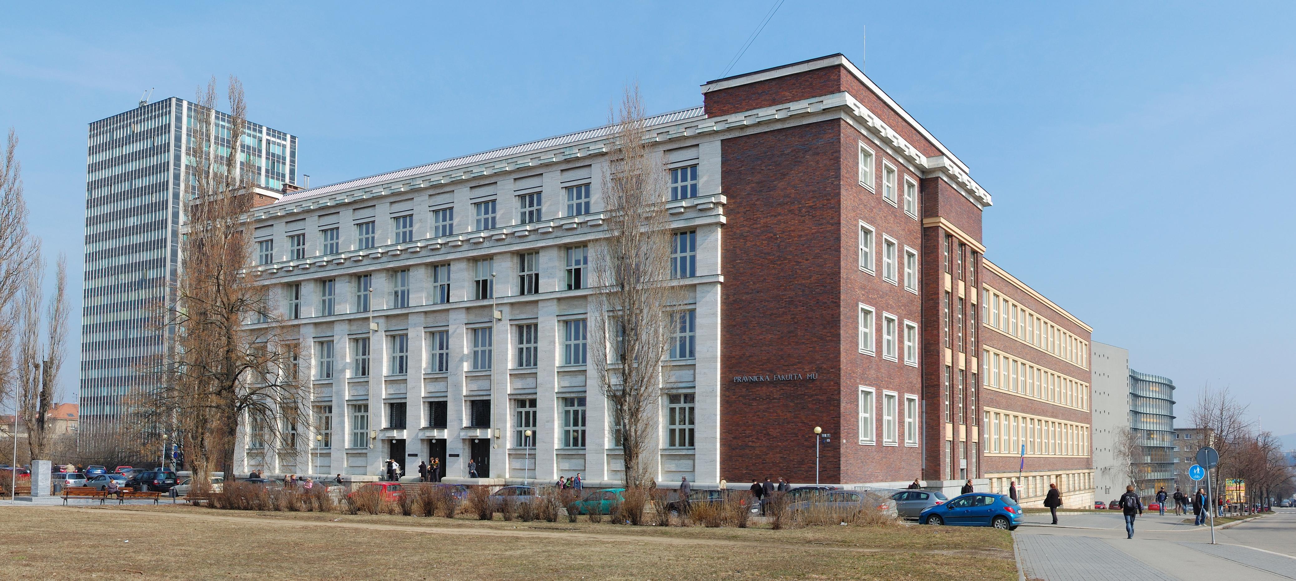 https://upload.wikimedia.org/wikipedia/commons/5/5e/Pravnicka_Fakulta_Masarykovy_Univerzity_Brno_2010.jpg