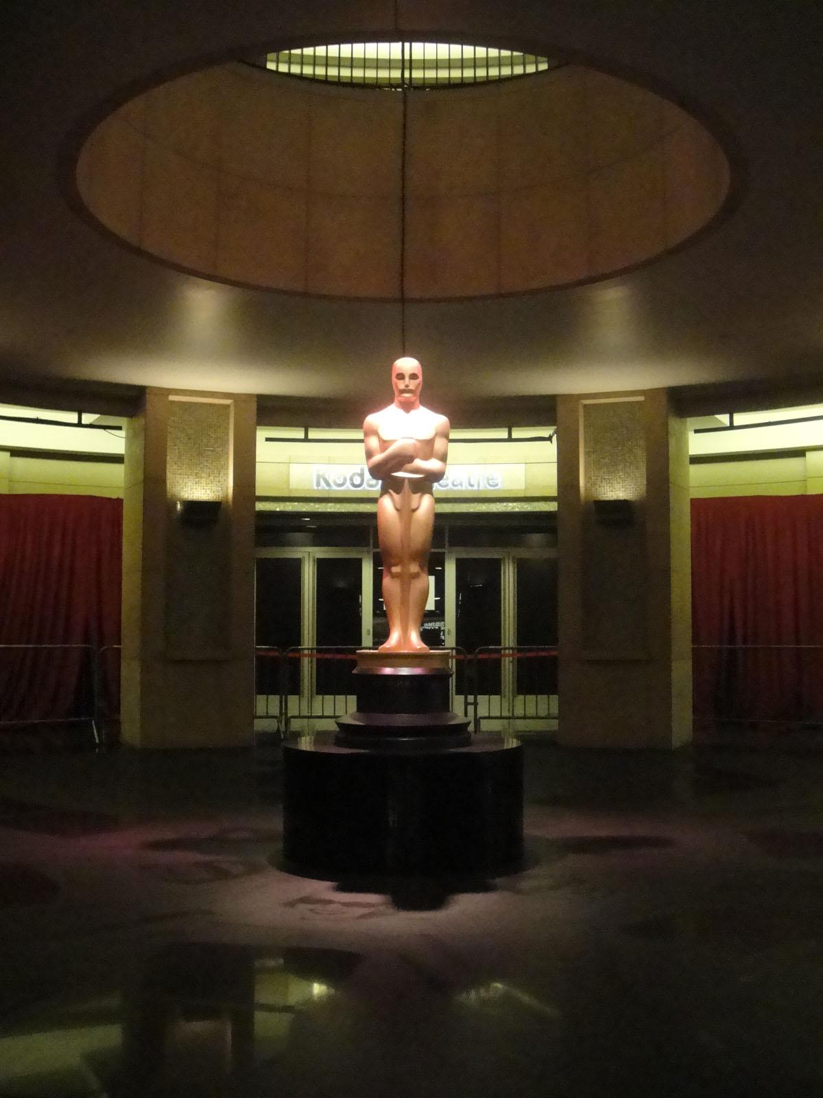 Preparing for the 84th Annual Academy Awards - giant Oscar statue (6787512754).jpg