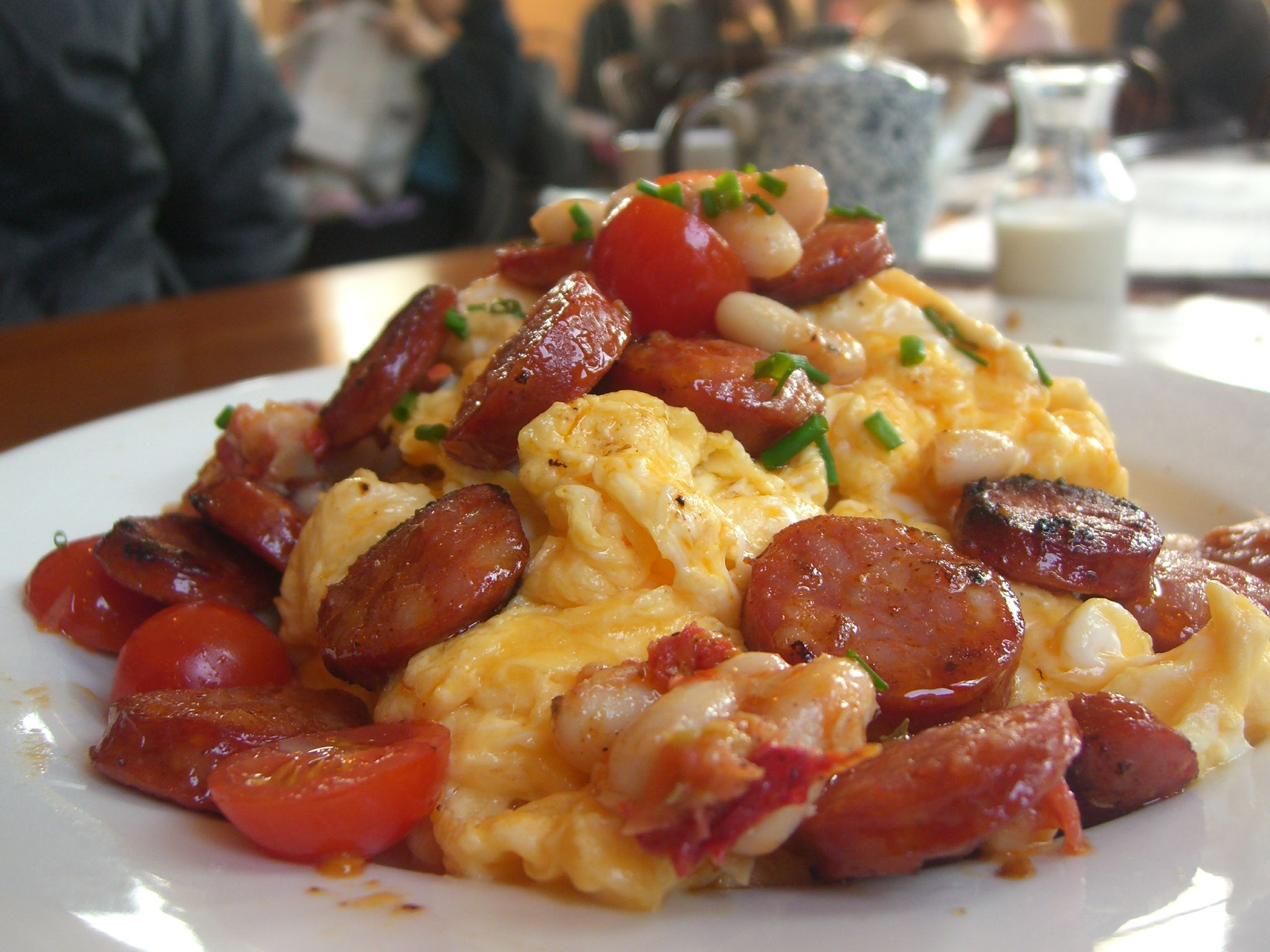 File:Scrambled eggs with chorizo, cannelini beans and cherry tomatoes.jpg - Wikimedia Commons