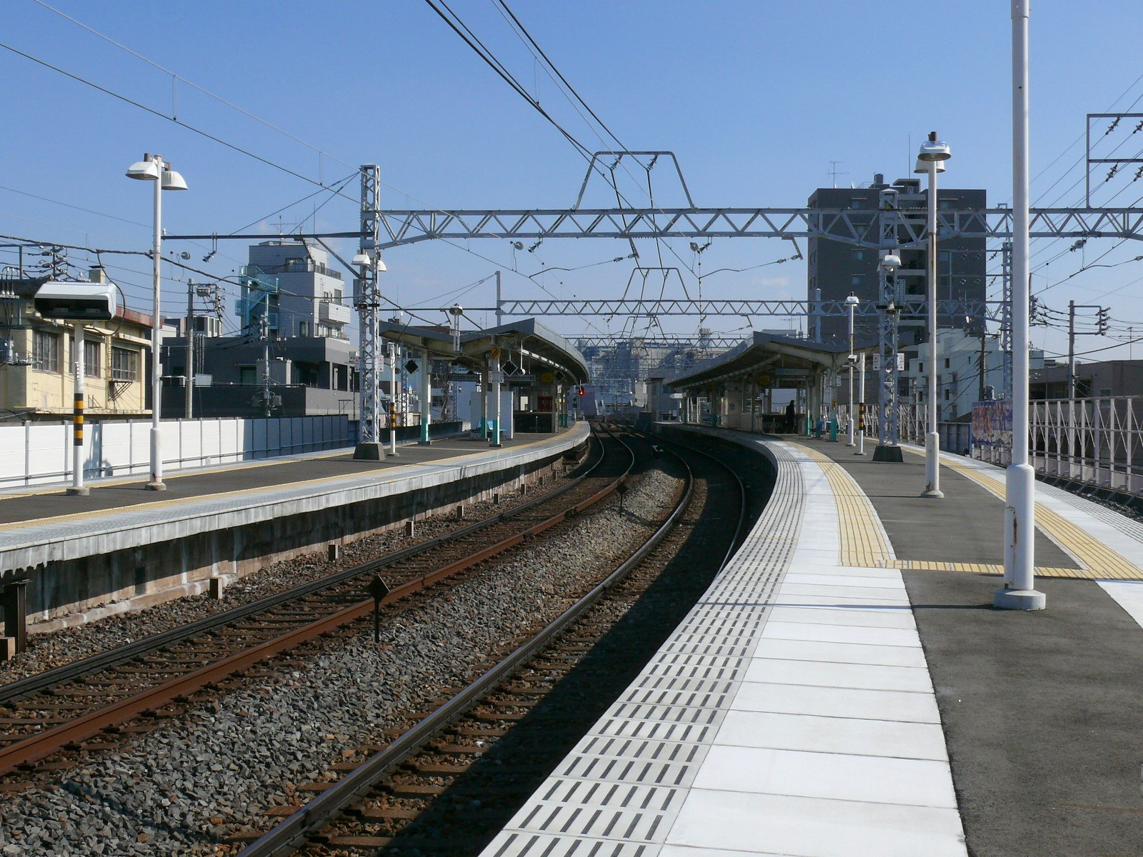 https://upload.wikimedia.org/wikipedia/commons/5/5e/Senju%C5%8Dhashi_Station-Premises.JPG