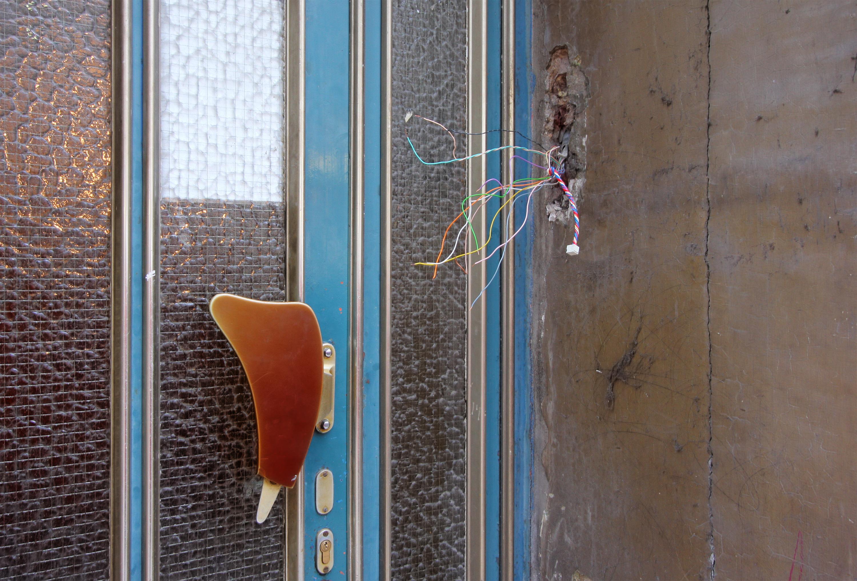 file:türgriff mit klingeldraht köln 2011 - wikimedia commons
