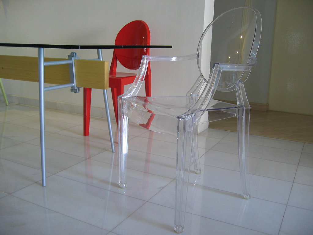File table chairs by philippe wikimedia commons - Chaise starck transparente ...