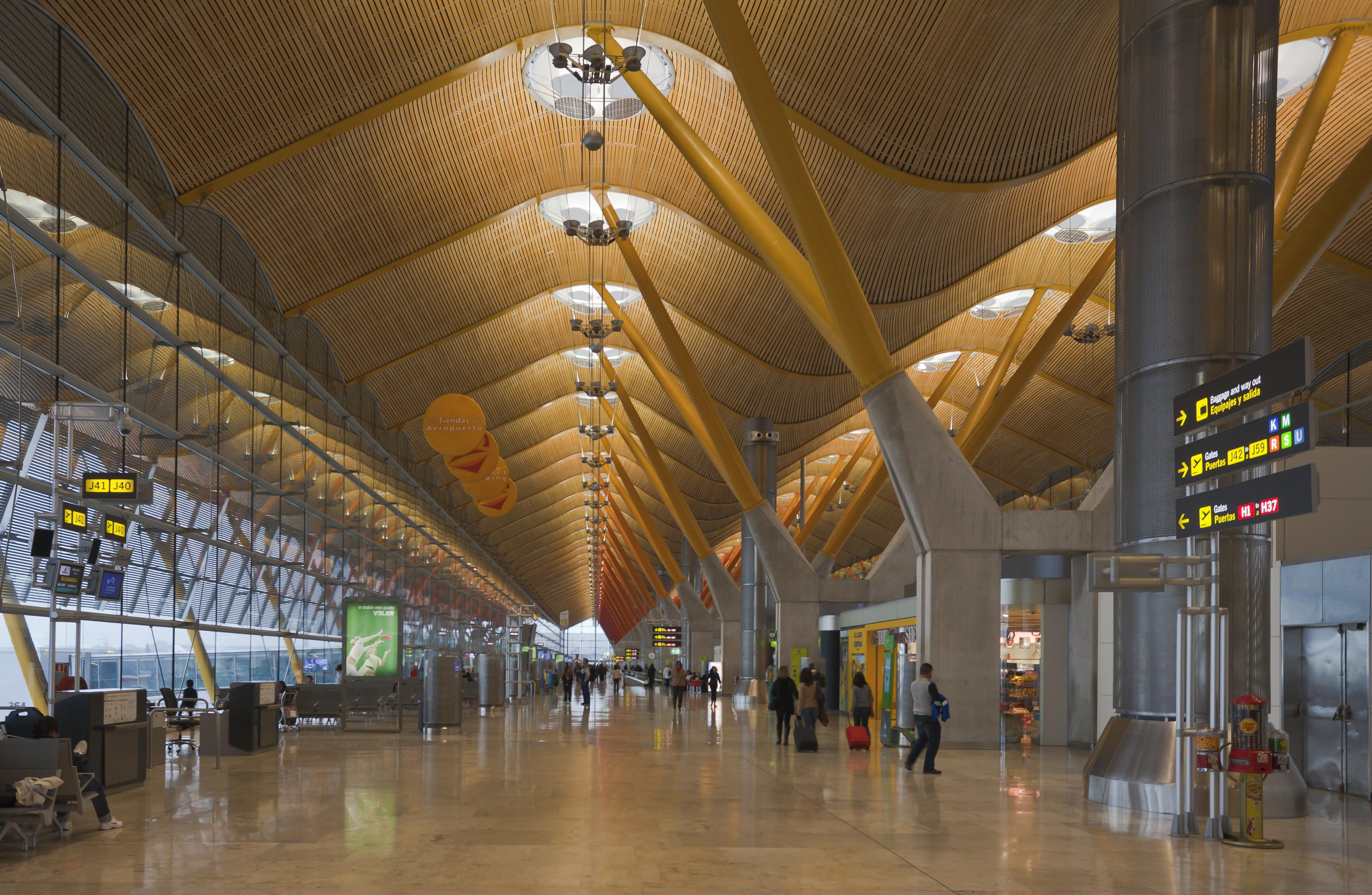File terminal 4 del aeropuerto de madrid barajas espa a for International decor spain
