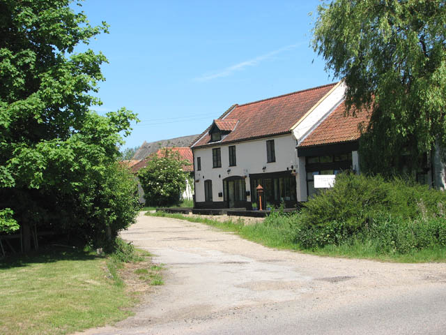 This way to Manor Farm - geograph.org.uk - 1330137