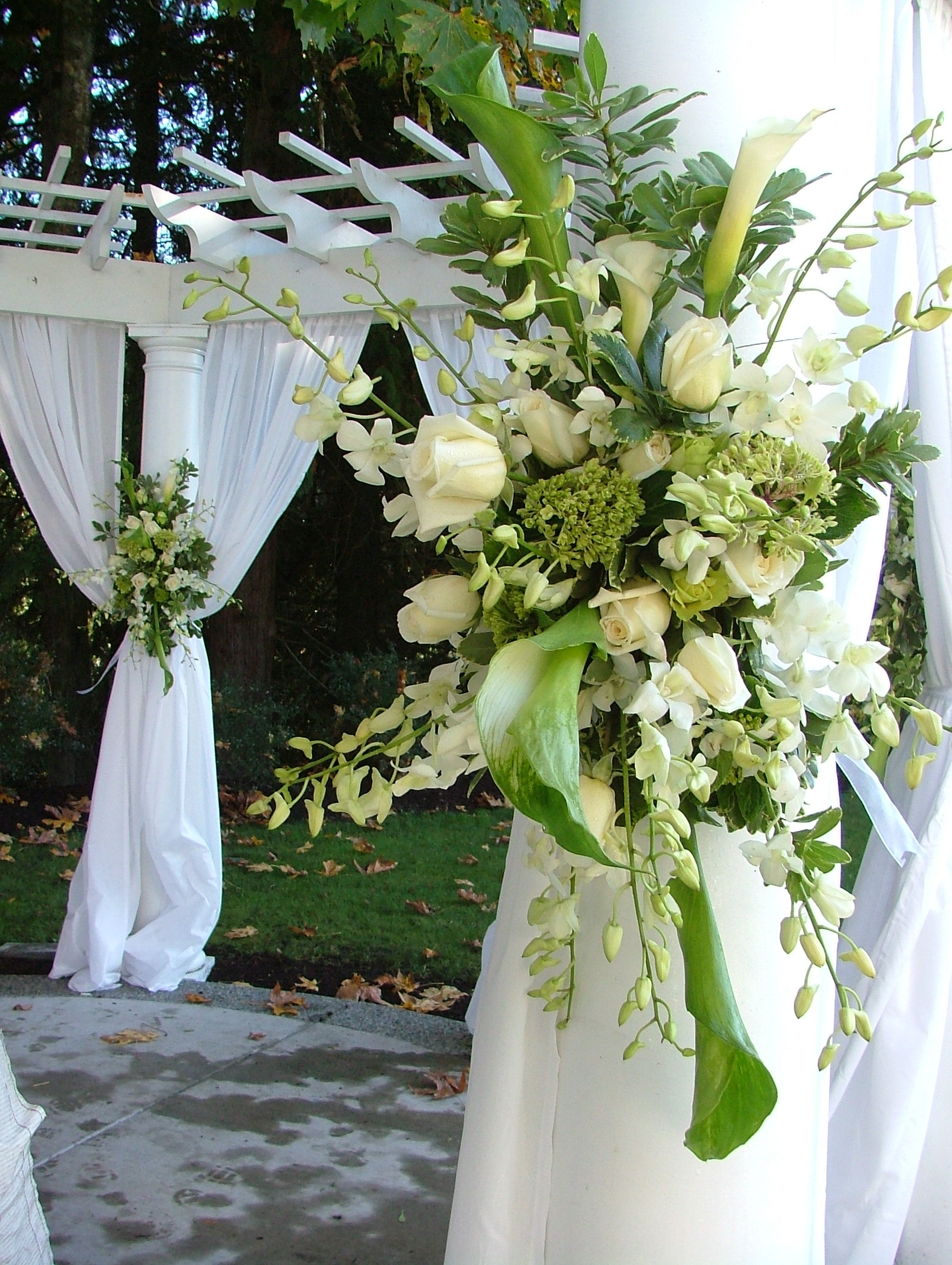 Description white and green floral spray wedding decor