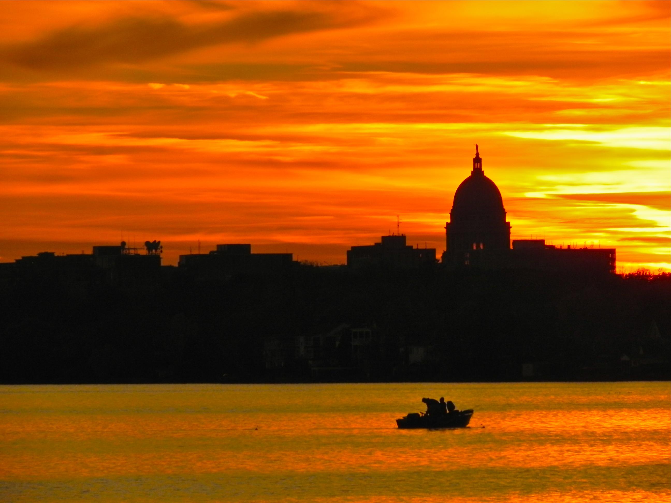 https://upload.wikimedia.org/wikipedia/commons/5/5e/Wisconsin_State_Capitol_at_Sunset.JPG