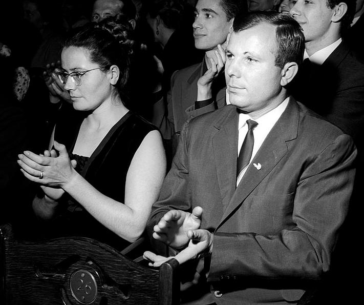 https://upload.wikimedia.org/wikipedia/commons/5/5e/Yuri_Gagarin_with_wife_in_1964_%28cropped%29.jpg