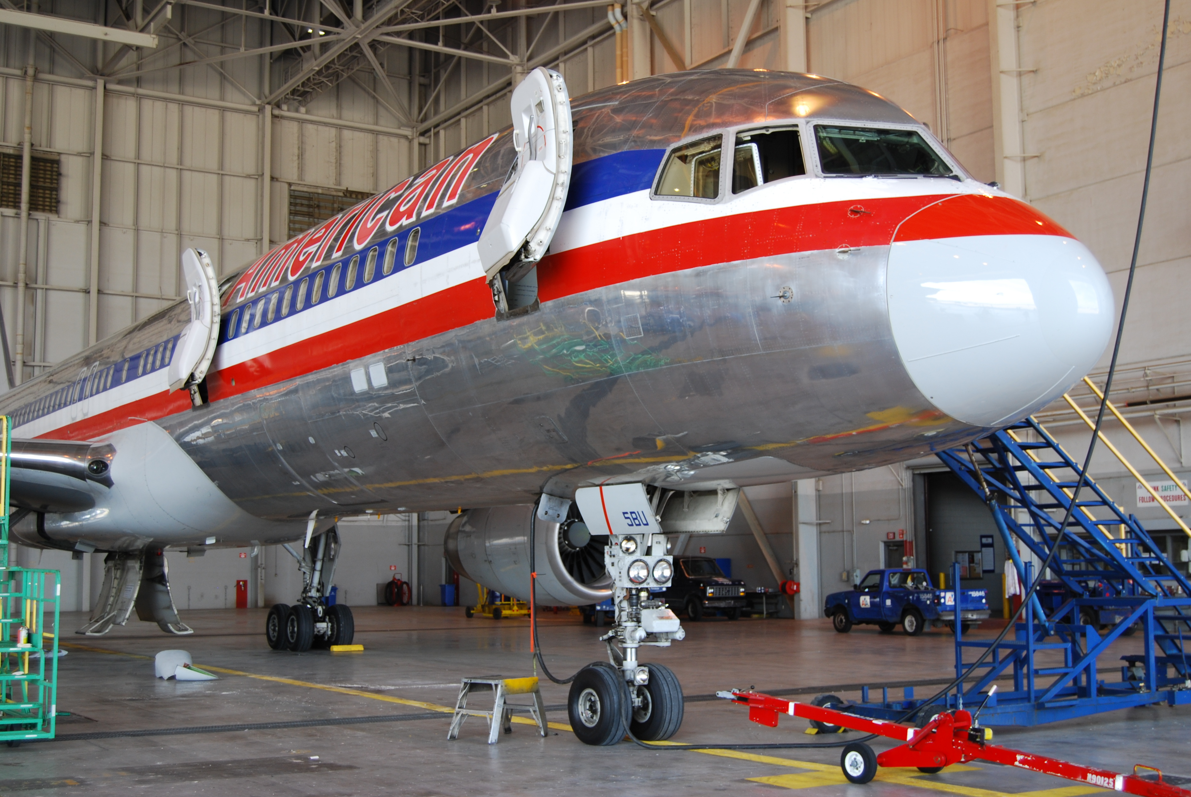 File:American Airlines B757-200 starboard nose and forward fuselage ...