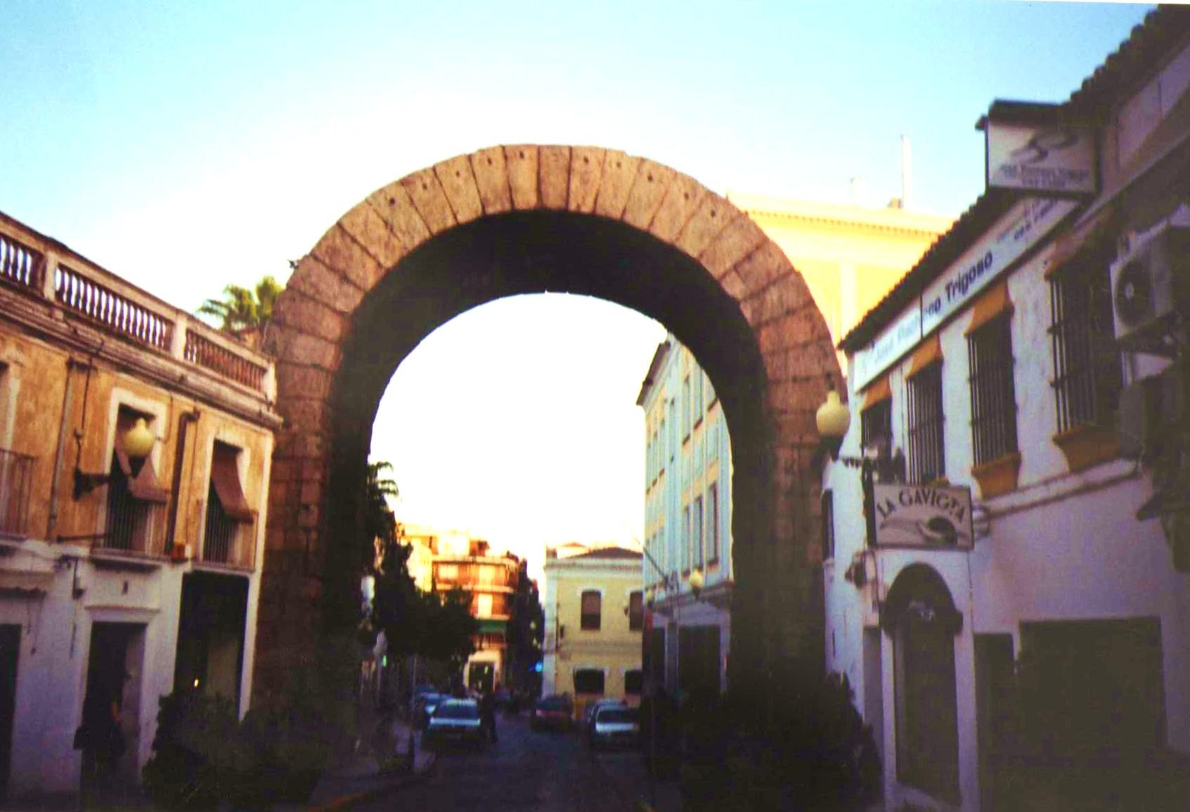 File:Arco de Trajano, Mérida (Extremadura).jpg - Wikimedia Commons