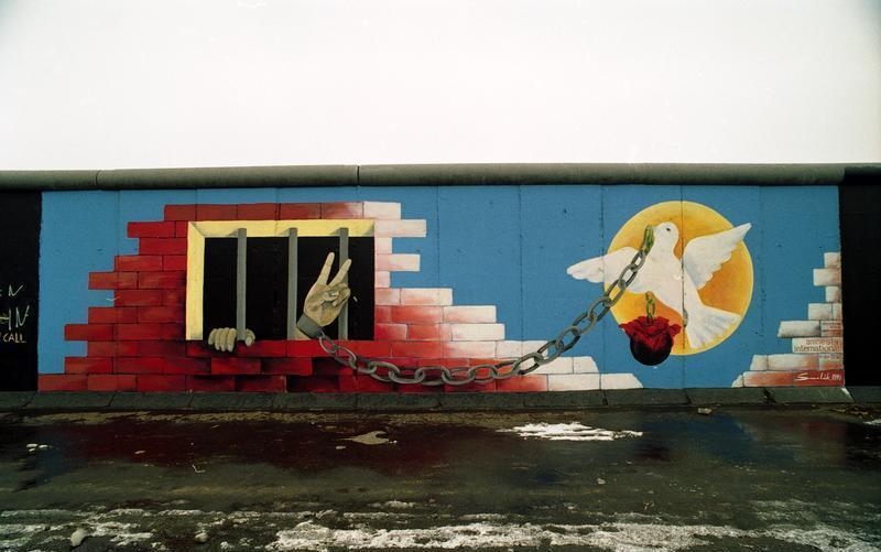 File:Bundesarchiv B 145 Bild-F086696-0008, Berlin, bemalte Reste der Berliner Mauer.jpg