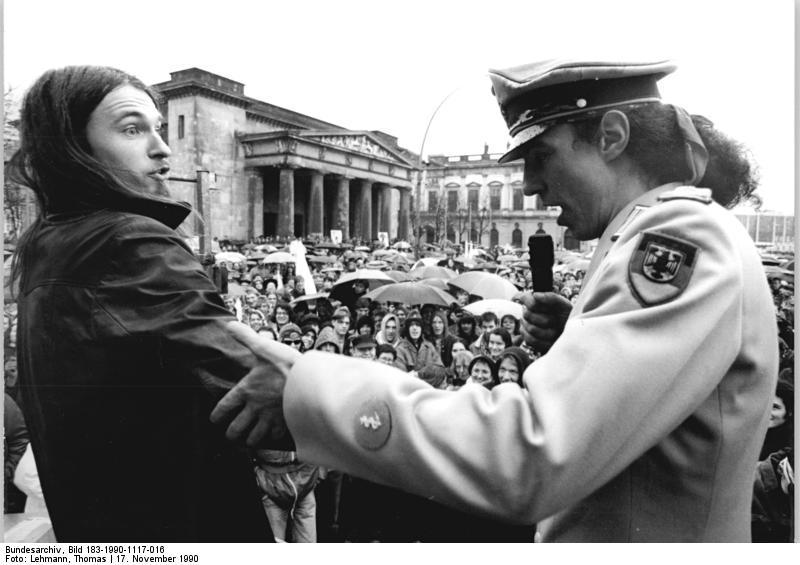 File:Bundesarchiv Bild 183-1990-1117-016, Berlin, Protest der Wehrdienstgegner.jpg