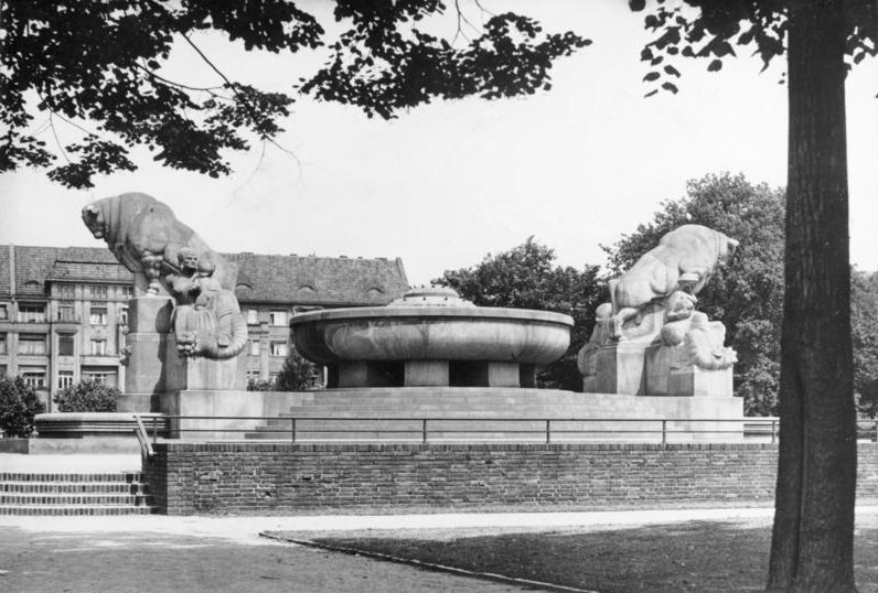 Arnswalder Platz, Stier-Brunnen Bundesarchiv, Bild 183-C08868 / CC-BY-SA 3.0 [CC BY-SA 3.0 de (https://creativecommons.org/licenses/by-sa/3.0/de/deed.en)], via Wikimedia Commons
