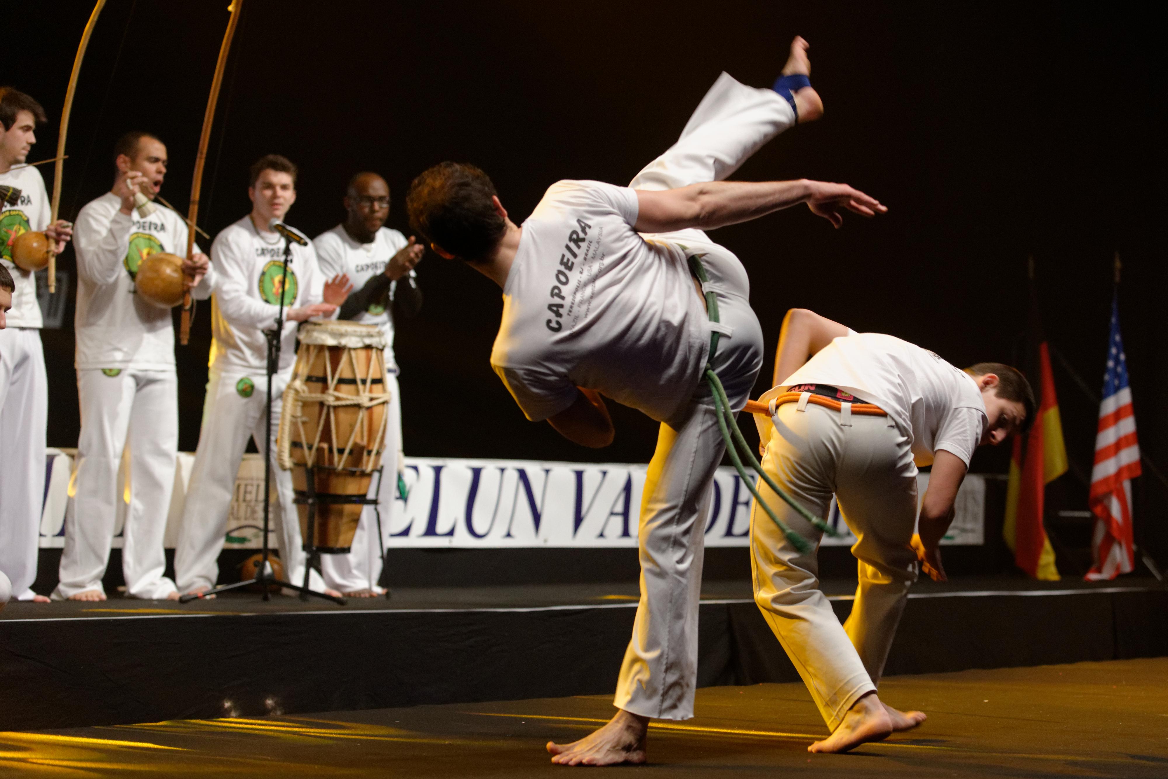 Démonstration de capoeira par le groupe Senzala d'Évry pendant le Master de fleuret 2013 à Dammarie-les-lys, France. Photo de Marie-Lan Nguyen, sous licence Creative Commons Attribution 2.5 Generic.